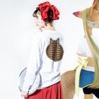 SHOP W SUZURI店の猫の丸い背中(キジトラ) ロングスリーブTシャツ Long sleeve T-shirtsの着用イメージ(裏面・袖部分)