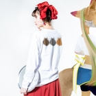 SHOP W SUZURI店の猫(3匹)の丸い背中 ロングスリーブTシャツ Long sleeve T-shirts