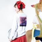 魔法サメのTwilight Long Sleeve T-Shirtの着用イメージ(裏面・袖部分)