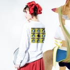 TOMOKUNIのコインランドリー Coin laundry【3×3】 Long sleeve T-shirtsの着用イメージ(裏面・袖部分)