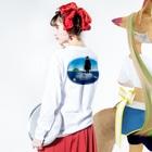 めぐみさらしのマンボウに乗った旅人 Long sleeve T-shirtsの着用イメージ(裏面・袖部分)