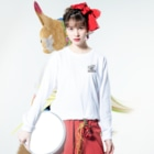 nidan-illustrationのhappy dog #2 -happy flight- (white ink) Long sleeve T-shirtsの着用イメージ(表面)