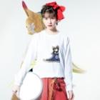 犬グッズの店しえるぶるーのスニーカーにすっぽり入ったチワワ(ブラックタン・青) Long sleeve T-shirtsの着用イメージ(表面)