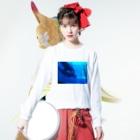 えのもと ともかのイルカはサッカーに夢中 Long sleeve T-shirtsの着用イメージ(表面)