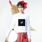 いぬころ@柴犬屋の宇宙を散歩する柴犬 Long sleeve T-shirtsの着用イメージ(表面)