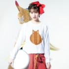 SHOP W SUZURI店の猫の丸い背中(チャトラ) ロングスリーブTシャツ Long sleeve T-shirtsの着用イメージ(表面)