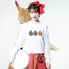 SHOP W SUZURI店の猫(3匹)の丸い背中 ロングスリーブTシャツ Long sleeve T-shirtsの着用イメージ(表面)