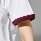エナメルストア SUZURI店の寝落ちうさぎ Ringer T-shirtsの袖のリブ部分