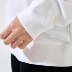 shiho takaokaアトリエショップの等方晶系【白】 Sweatsの袖の絞り部分