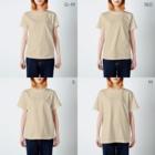 裏ひぐちのほっかむりパグ T-shirtsのサイズ別着用イメージ(女性)