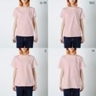 ハロー! オキナワの 太陽と花々の赤 ミンサー T-shirtsのサイズ別着用イメージ(女性)