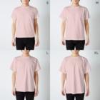 ハロー! オキナワの 太陽と花々の赤 ミンサー T-shirtsのサイズ別着用イメージ(男性)