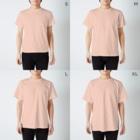 JapaneseRubberStampsのソーシャルディスタンスな猫たち T-shirtsのサイズ別着用イメージ(男性)