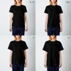 字描きおゆみのエビはカニではありません。(白字) T-shirtsのサイズ別着用イメージ(女性)