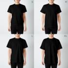 ねずみのおみせ suzuri店のしろちゃんと一緒に筋トレしよう(虹色グラデ) T-shirtsのサイズ別着用イメージ(男性)