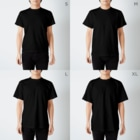tsmmのねむねむにゃんこフェスティバル(英字) T-shirtsのサイズ別着用イメージ(男性)