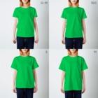 アムモ98ホラーチャンネルショップの心霊~パンデミック~イラスト モノクロVer T-shirtsのサイズ別着用イメージ(女性)