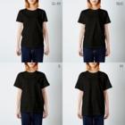 🙏🍚🍰ほ〜り〜🍰🍚🙏のほぼ無職(白字) T-shirtsのサイズ別着用イメージ(女性)