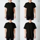 🙏🍚🍰ほ〜り〜🍰🍚🙏のほぼ無職(白字) T-shirtsのサイズ別着用イメージ(男性)