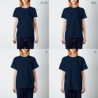 和歌の黄色と青のセキセイインコ T-shirtsのサイズ別着用イメージ(女性)