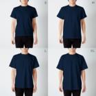 和歌の黄色と青のセキセイインコ T-shirtsのサイズ別着用イメージ(男性)