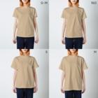 hk_illustrationのねこちゃん壁ドン T-shirtsのサイズ別着用イメージ(女性)