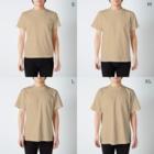 hk_illustrationのねこちゃん壁ドン T-shirtsのサイズ別着用イメージ(男性)
