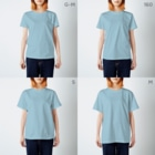 〈サチコヤマサキ〉ショップのクエスチョンの魚(水色) T-shirtsのサイズ別着用イメージ(女性)
