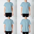 〈サチコヤマサキ〉ショップのクエスチョンの魚(水色) T-shirtsのサイズ別着用イメージ(男性)