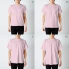 〈サチコヤマサキ〉ショップの山と田んぼ(ピンク) T-shirtsのサイズ別着用イメージ(男性)