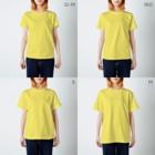 migawariのおひげのお兄さん甘党高血圧 T-shirtsのサイズ別着用イメージ(女性)