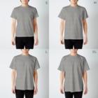 料理初心者とベタなドジのクロックムッシュなモモンガ T-shirtsのサイズ別着用イメージ(男性)