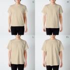 gomaphのこちらを観察するシマフクロウ T-shirtsのサイズ別着用イメージ(男性)
