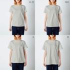 けわいの踊るたぬきたちの集会_輪 T-shirtsのサイズ別着用イメージ(女性)