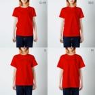 2BRO. 公式グッズストアの白「フラグ注意」濃色Tシャツ T-shirtsのサイズ別着用イメージ(女性)