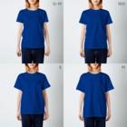 架空の銀座通り商店街の宅配専門寿司 妖怪魚市場 T-shirtsのサイズ別着用イメージ(女性)