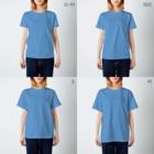 サゲスミン王子描きLOKIの3分以内に電話を切らないと破裂する風船に迫られながら電話するサゲスミン王子 T-shirtsのサイズ別着用イメージ(女性)