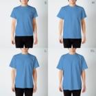サゲスミン王子描きLOKIの3分以内に電話を切らないと破裂する風船に迫られながら電話するサゲスミン王子 T-shirtsのサイズ別着用イメージ(男性)