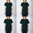 SANKAKU DESIGN STOREの光の速度で過ぎ去る青春。 白/青赤 T-shirtsのサイズ別着用イメージ(女性)