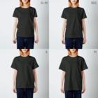 LINEスタンプ販売中ぱんのピラミッドハムスター(白線) T-shirtsのサイズ別着用イメージ(女性)