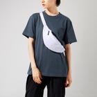 マーライオン OFFICIAL  GOODSのNIYANIYA RECORDS ロゴ Waist Pouchの着用イメージ(女性)
