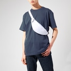 KlaboのWe are Egret not Heron! Body Bagの着用イメージ(男性)