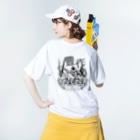 aliveONLINE SUZURI店の東京すずめ(豊作スズメTシャツmono2) Washed T-shirtsの着用イメージ(裏面)