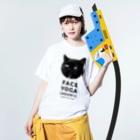 SAIWAI DESIGN STOREのFACE YOGA (izumine special)  Washed T-shirtsの着用イメージ(表面)