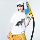 新谷べにのフンボルトペンギン Washed T-shirtsの着用イメージ(表面)
