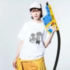 もけけ工房 SUZURI店のモノクロあんずとすもも Washed T-shirtsの着用イメージ(表面)