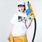 akane_artのモノクロチワワ(おすまし) Washed T-shirtsの着用イメージ(表面)