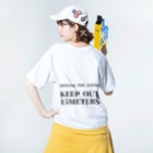 THE REALITY OF COUNTRY LIFEのHUMAN VS. WEEDS / BKTXT / バックプリント有 Washed T-shirtsの着用イメージ(裏面)