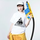 metao dzn【メタをデザイン】のIlluminati eye triangle (bk) Washed T-shirtsの着用イメージ(表面)