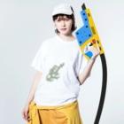isay-t(文鳥/雀/sparrow/野鳥/カエル/frog/蛙/爬虫類/カメ/キンカチョウなど)のオテカエル(緑のシルエット) Washed T-shirtsの着用イメージ(表面)